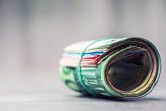 Euroanmerkungen mit Reflexion Fünf, 10 und fünfzig Eurobanknoten Fokus auf Seil Nahaufnahme von gerollte Eurobanknoten auf Beton  Stockfotos
