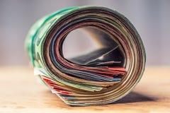Euroanmerkungen mit Reflexion Fünf, 10 und fünfzig Eurobanknoten Fokus auf Seil Nahaufnahme von gerollte Eurobanknoten auf Beton  Lizenzfreies Stockbild