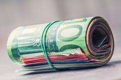 Euroanmerkungen mit Reflexion Fünf, 10 und fünfzig Eurobanknoten Fokus auf Seil Nahaufnahme von gerollte Eurobanknoten auf Beton  Lizenzfreie Stockbilder