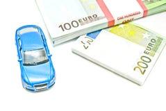 Euroanmerkungen und blaues Auto auf Weiß Lizenzfreie Stockbilder