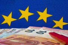 Euroanmerkungen und roter Bleistift, EU kennzeichnen Lizenzfreie Stockbilder