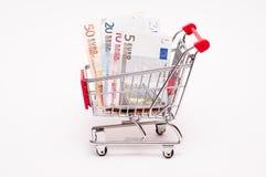 Euroanmärkningar i en trolley Arkivfoto