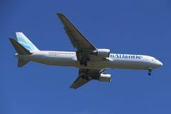 EuroAtlantic Airways Boeing 787 som stiger ned för att landa på den internationella flygplatsen för JFK i New York Royaltyfri Foto