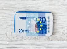 Eurobanknote der Schokolade 20 auf dem hölzernen Hintergrund Stockbilder