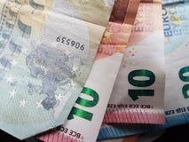Eurobanknote mit Menge Euro fünf, zehn und zwanzig im Anblick als kleinem Stapel Lizenzfreies Stockfoto