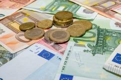 Eurobanknote mit Münzen Lizenzfreie Stockfotos