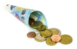 Eurobanknote und Münzen auf weißem Hintergrund Stockfotografie