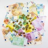 Eurobanknote und Münzengeld finanzieren Konzeptbargeld auf weißem BAC Stockfotografie