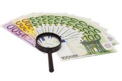 Eurobanknote unter Lupe Stockfotos