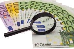 Eurobanknote unter Lupe Stockfoto