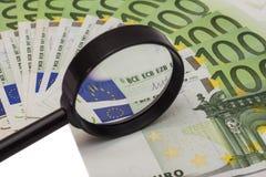 Eurobanknote unter Lupe Stockbilder