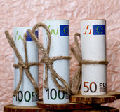 Eurobanknoten auf dem Hintergrund des zerknitterten Papiers Stockbild