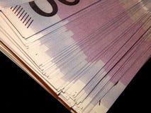 500 Eurobanknoten auf einem schwarzen Hintergrund Stockbild
