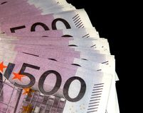500 Eurobanknoten auf einem schwarzen Hintergrund Stockbilder