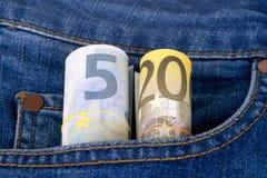 Eurobanknoten auf Jeans-Tasche Stockbilder