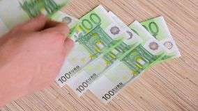 Eurobanknoten auf Tabelle stock video footage