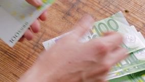 Eurobanknoten auf Tabelle stock video