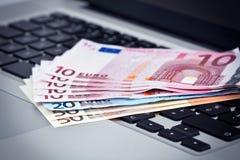 Eurobanknoten auf Tastatur Lizenzfreie Stockfotos