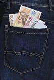 Eurobanknoten in den Blue Jeans Lizenzfreie Stockfotos