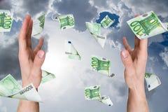 Eurobanknoten, die auf junge männliche Hände fallen Stockbilder