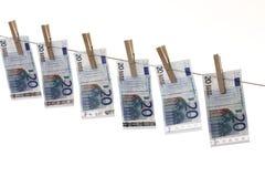 20 Eurobanknoten, die an der Wäscheleine hängen Stockfotografie
