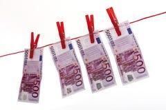500 Eurobanknoten, die an der Wäscheleine hängen Stockfotos