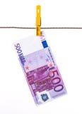 500 Eurobanknoten, die an der Wäscheleine hängen Lizenzfreie Stockfotos