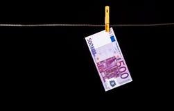500 Eurobanknoten, die an der Wäscheleine hängen Stockfotografie