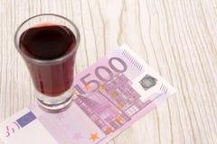 500 Eurobanknoten in einem Glasgefäß auf weißem Hintergrund stockfotos