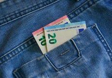Eurobanknoten EUR auf der Tasche stockbild