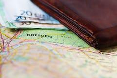 Eurobanknoten innerhalb der Geldbörse auf einer Landkarte von Dresden Lizenzfreie Stockfotos