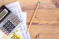 Eurobanknoten mit Bleistift und Taschenrechner auf Einkommen-Bericht Stockfotografie