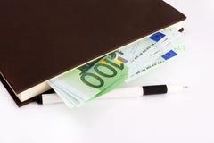Eurobanknoten, Notizbuch und Stift Stockbilder
