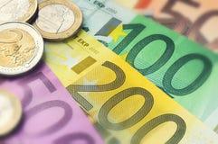 Eurobanknoten und Münzen Stockbilder