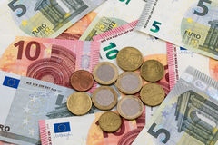 Eurobanknoten und Münzen Lizenzfreie Stockbilder