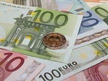 Eurobanknoten und Münzen Stockbild