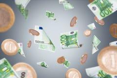 Eurobanknoten und Münzen-Fliegen Lizenzfreies Stockfoto