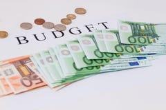 Eurobanknoten und Münzen Loch-gerittener Leinwandsack mit verschütteten Münzen Lizenzfreie Stockbilder
