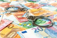 Eurobanknoten und Metallhandschellen Stockbilder