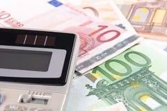 Eurobanknoten und Rechner Stockbild