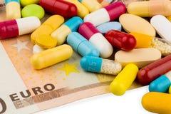 Eurobanknoten und Tabletten Lizenzfreie Stockbilder