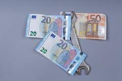 Eurobanknoten und Werkzeug Stockfotografie