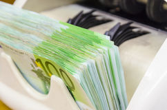 100 Eurobanknoten widersprechen Maschine Lizenzfreie Stockbilder