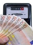 Eurobanknoten, zum der Stromrechnung und des Meters zu zahlen Lizenzfreie Stockfotografie