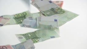 Eurobanknotenfall auf Tabelle stock video