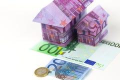 Eurobanknotenhaus und -münzen Lizenzfreies Stockfoto