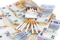 Eurobanknotenrechnungen mit Zigaretten Lizenzfreie Stockfotos