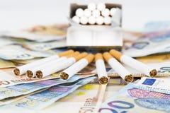 Eurobanknotenrechnungen mit Zigaretten Stockfoto