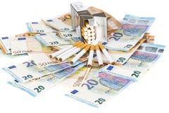 Eurobanknotenrechnungen mit Zigaretten Stockfotografie