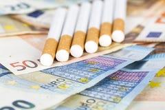 Eurobanknotenrechnungen mit Zigaretten Stockfotos